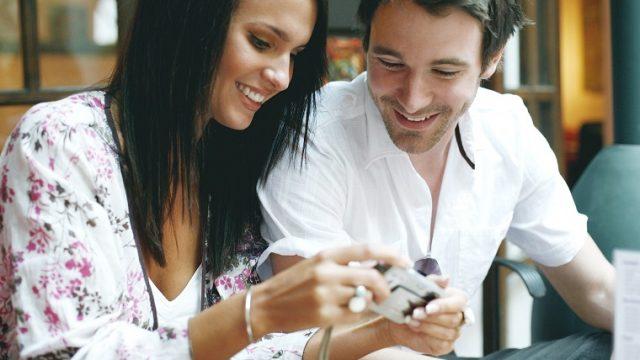「flirt」や「flirting」とはどういう意味? 恋愛英語の表現・フレーズを紹介