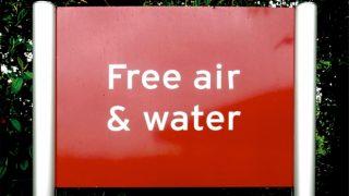 「無料で」は英語で何と言うのでしょうか?