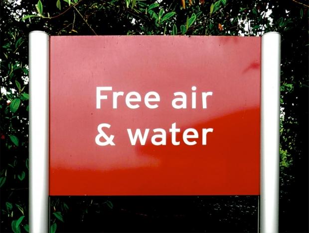 「無料で」は英語で何と言いますか?日本人がよく使う表現の英語の言い方を紹介