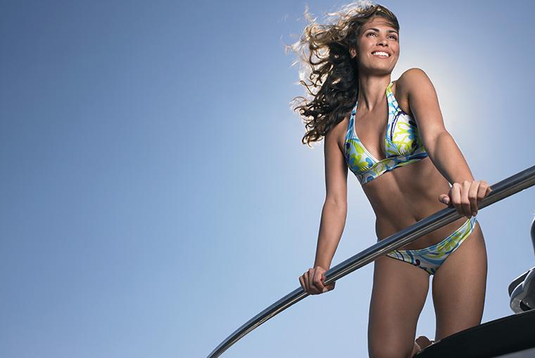英語で「女性用の水着」という意味の英語「bikini」の使い方と由来