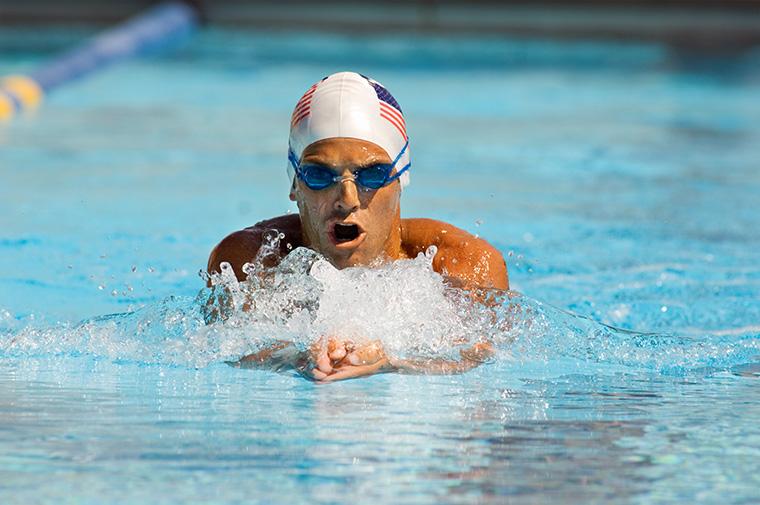 英語で「水泳選手が履くような男性用の水着」という意味の「speedos」について