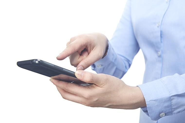 英語で「歩きスマホ」という意味になるイディオム表現「smartphone zombie」の使い方とニュアンス
