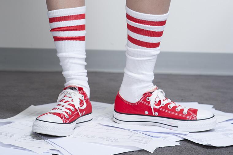 「スニーカー」という意味になる英語「sneakers」の使い方